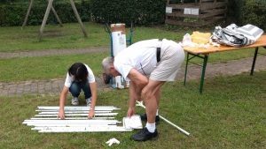 Ein Mann und eine Frau bauen ein Zelt auf