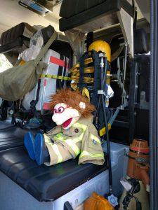 Blick in einen Einsatzwagen der Feuerwehr mit Maskottchen der Jugendfeuerwehr