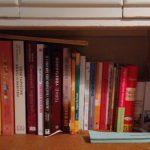 Regal voller vegetarischer Kochbücher
