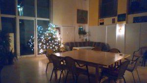 Geräumiger Saal mit Sitzgruppe und Weihnachtsbaum
