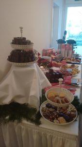 Kuchenbuffet mit Plätzchen, Dominosteinen und vielem mehr
