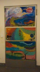 Kellertür verziert mit abstrahierten Landschaftsgemälden