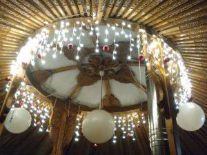 Lichterschmuck in einer Jurte