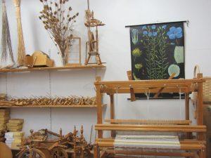 Webstuhl und Gegenstände der Wollproduktion