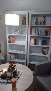 Bücherregel und gemütliche Leseecke
