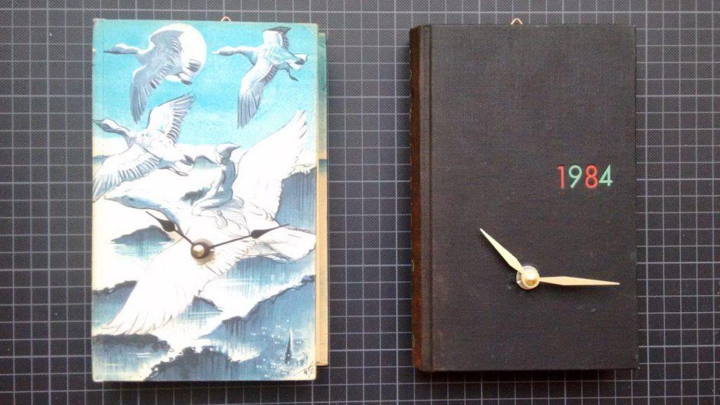 Zwei Uhren aus den Büchern Nils Holgersson und 1984