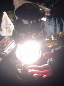 Hände wärmen sich an einer Gaslaterne