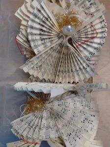 Engel, gefaltet aus Notenpapier